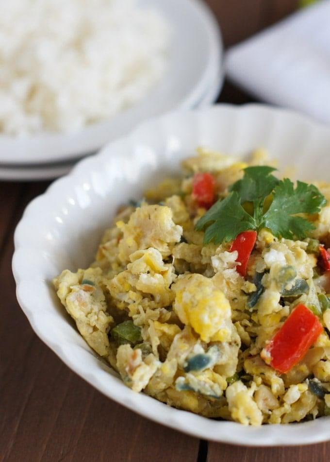 Bacalao con huevos revueltos servido acompañado de arroz blanco