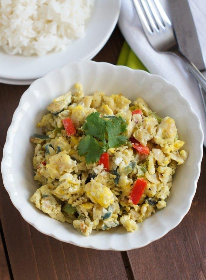Bacalao con Huevos servido en un plato blanco