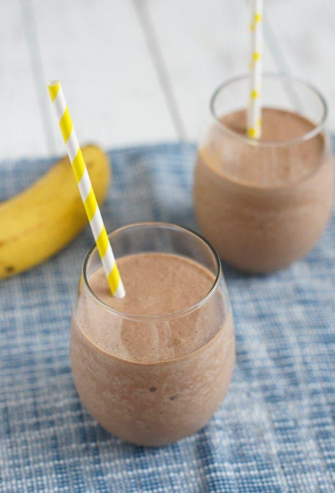 Batido de banana y Nutella servido en dos vasos de cristal.