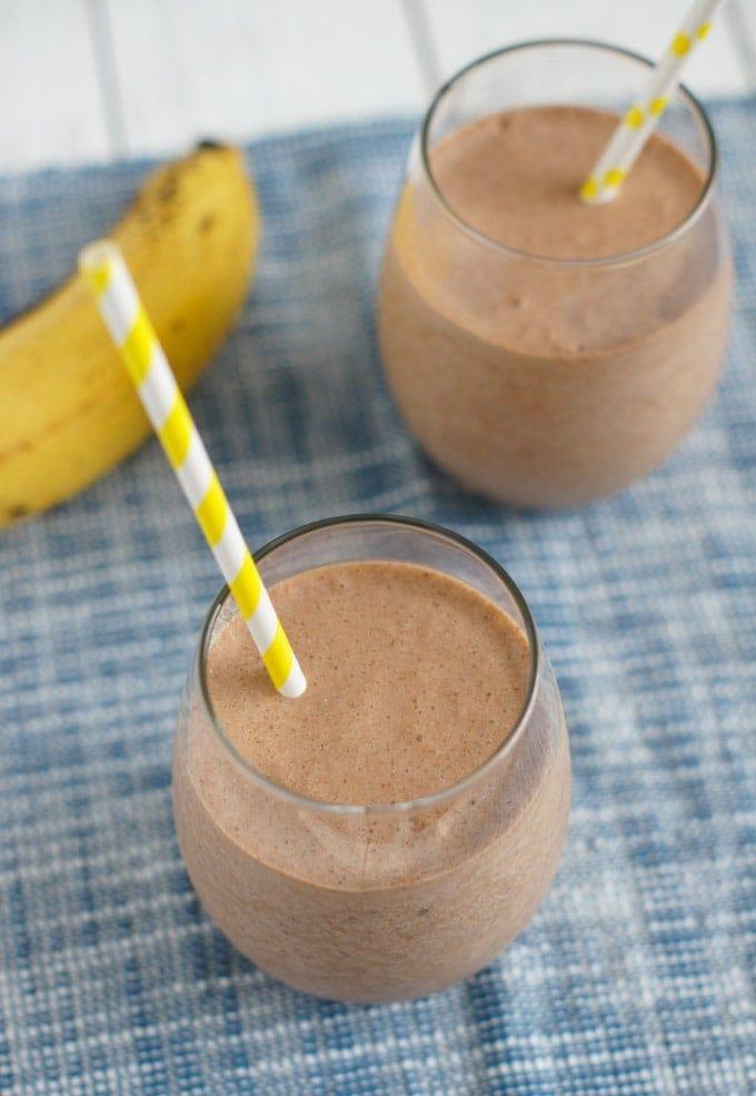 Batido de banana y Nutella servido en dos vasos de cristal con pitillos para beber