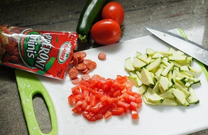 Preparación de los ingredientes para Frittata con Peperoni y Vegetales