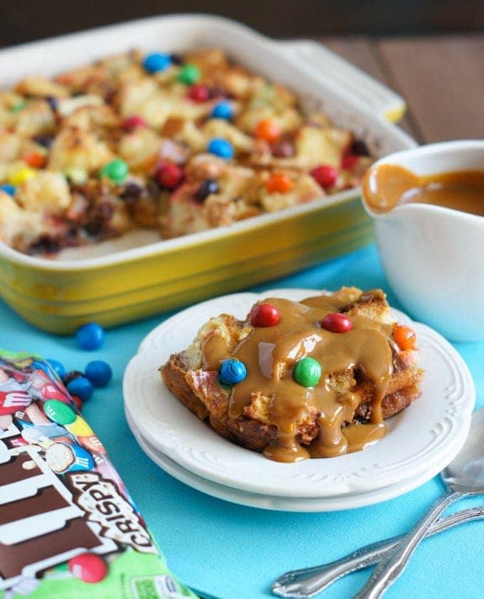 M&Ms Crispy Bread Pudding with Dulce de Leche Sauce | SmartLittleCookie.net