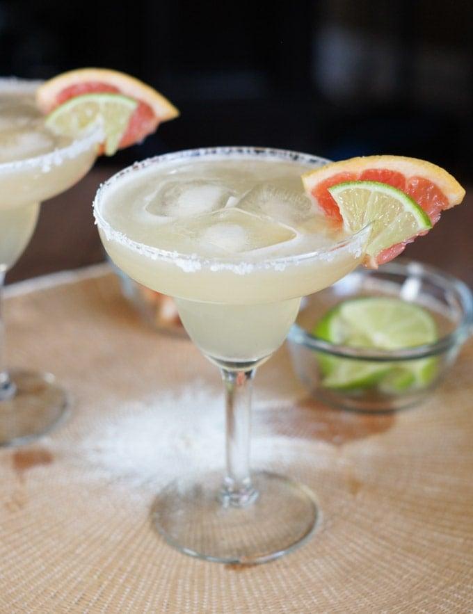 Margarita servida en una copa de cristal