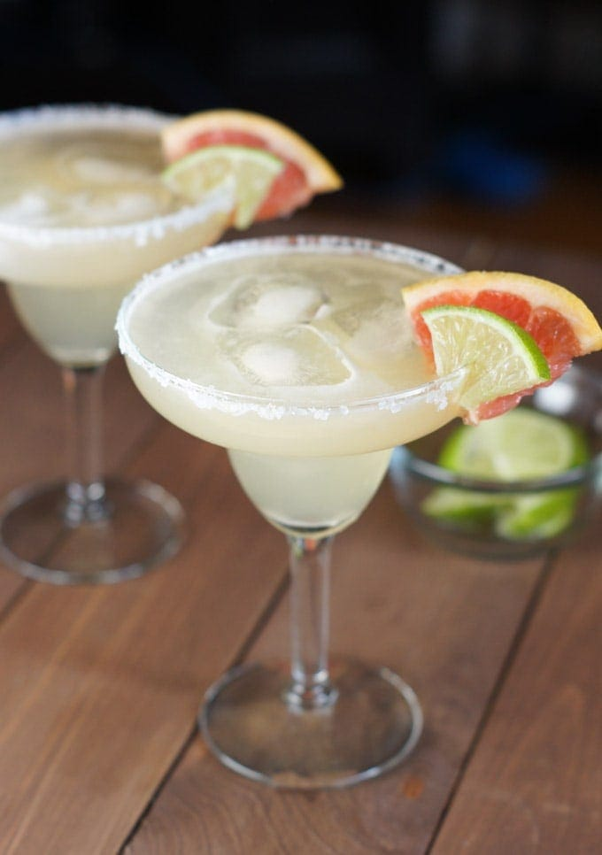Margarita servida con cubitos de hielo en una copa de cristal