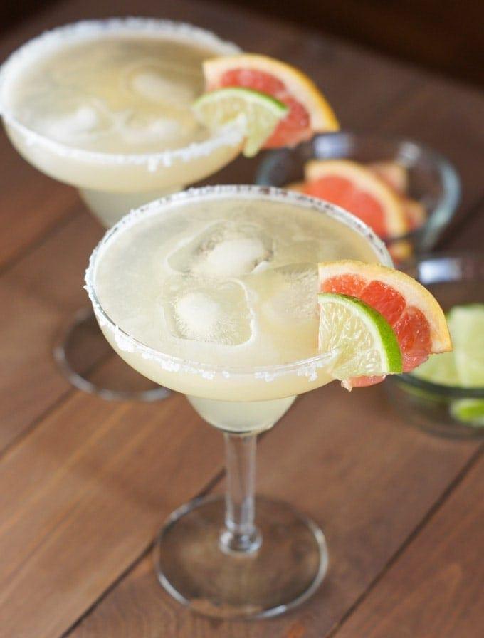 Margaritas adornadas con rodajas de toronja y limón