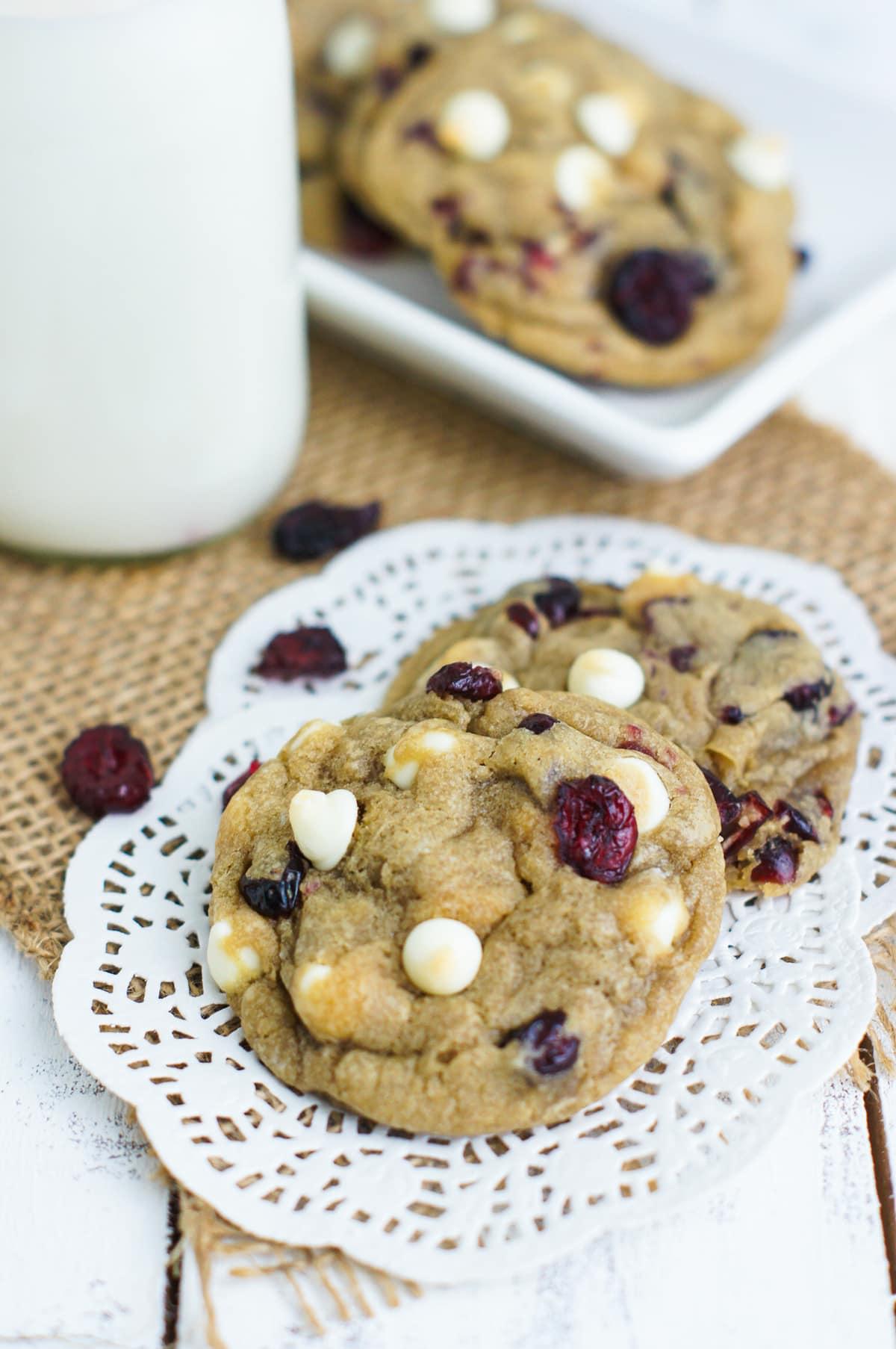 Deliciosas y fáciles galletas suaves de chispas de chocolate blanco y arándanos. smartlittlecookie.net #cookies