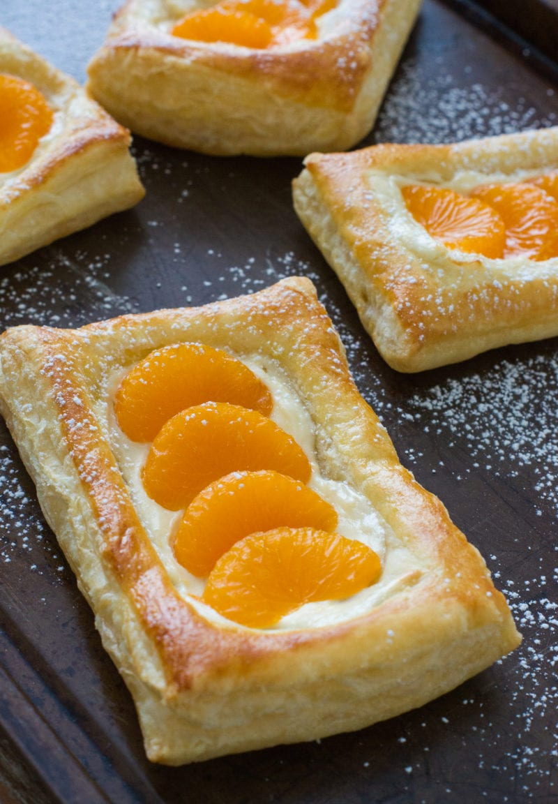 Deliciosos pastelitos de mandarina y queso perfectos para el desayuno o de postre! Hecho fácil y rápido usando DOLE® Mandarin Fruit Bowls. #VidaDole #ad #snacks www.mydominicankitchen.com