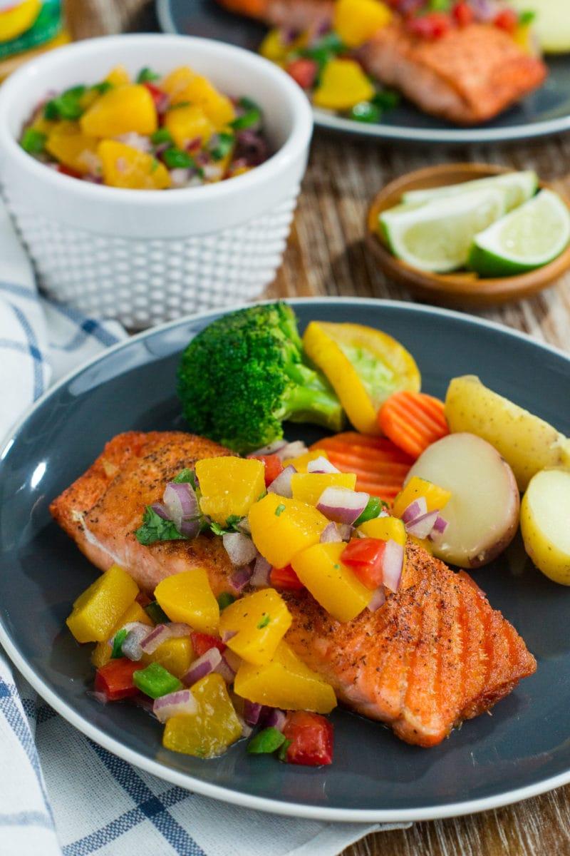 Prepara esta receta fácil, rápida y deliciosa de Salmón con Salsa de Durazno para tener cena en la mesa en 20 minutos o menos! #VidaDole #ad www.mydominicankitchen.com