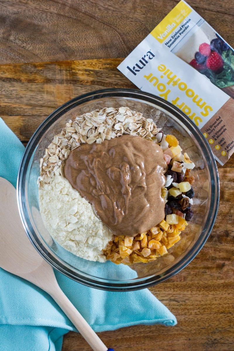 Hechas con ingredientes simples y alto contenido de proteínas, estas Bolitas de Energía Tropical Altas en Proteína son la merienda perfecta para después del ejercicio. #comidasaludable www.smartlittlecookie.net