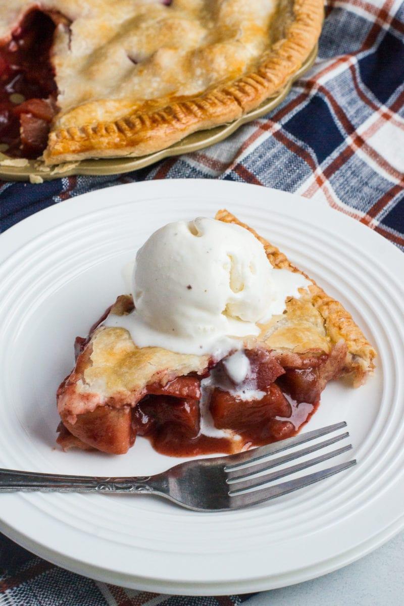 Toma de cerca de una rebanada de tarta de manzana y arándano