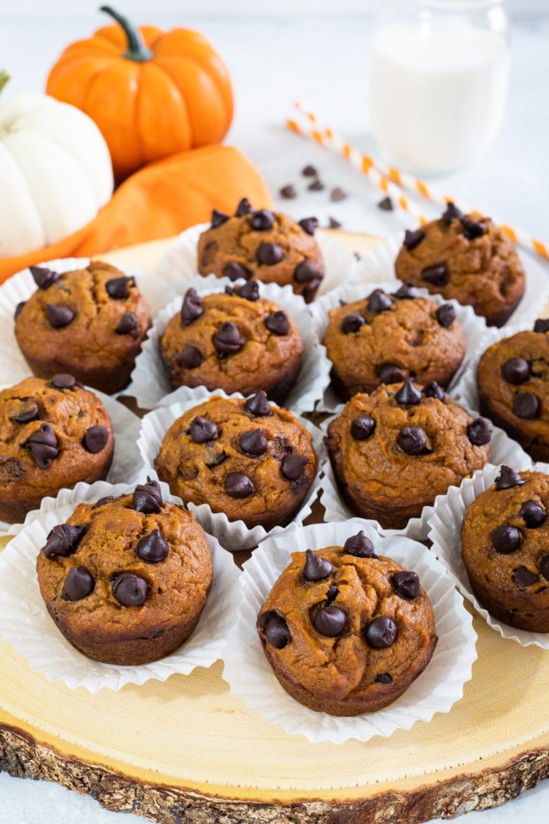 Muffins junto a dos calabazas
