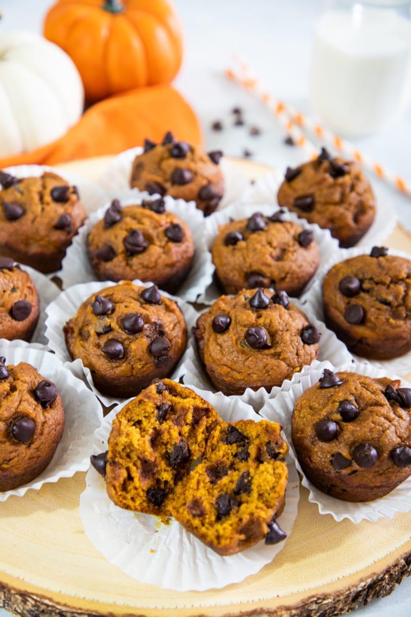 Muffins de calabaza con chispas de chocolate sobre una tabla de cortar de madera