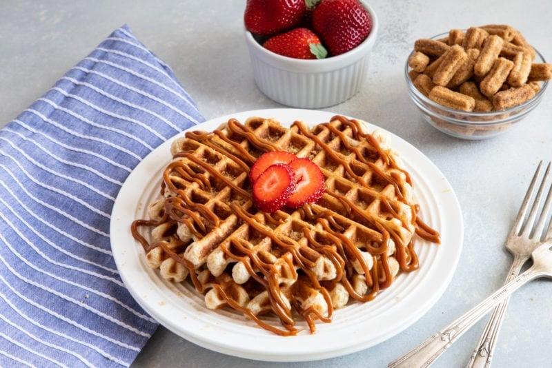 Waffles de Cereal Cinnamon Toast Churros con Dulce de Leche en un plato
