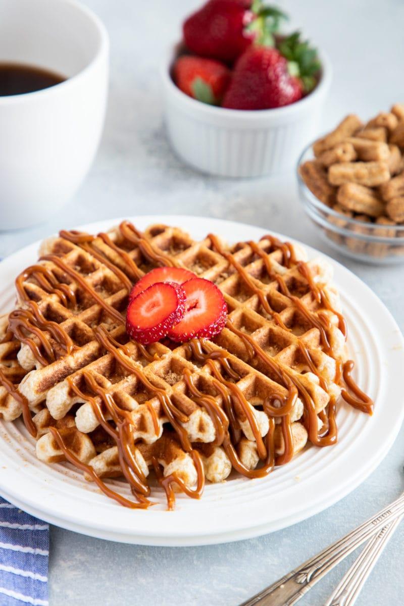 Waffles de Cereal Cinnamon Toast Churros con Dulce de Leche en un plato blanco