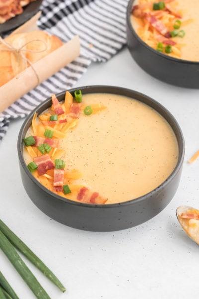 sopa de papas en un tazón blanco