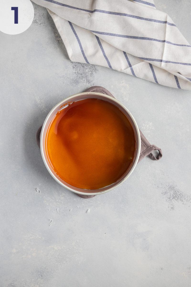 molde para hornear con cobertura de caramelo en el fondo