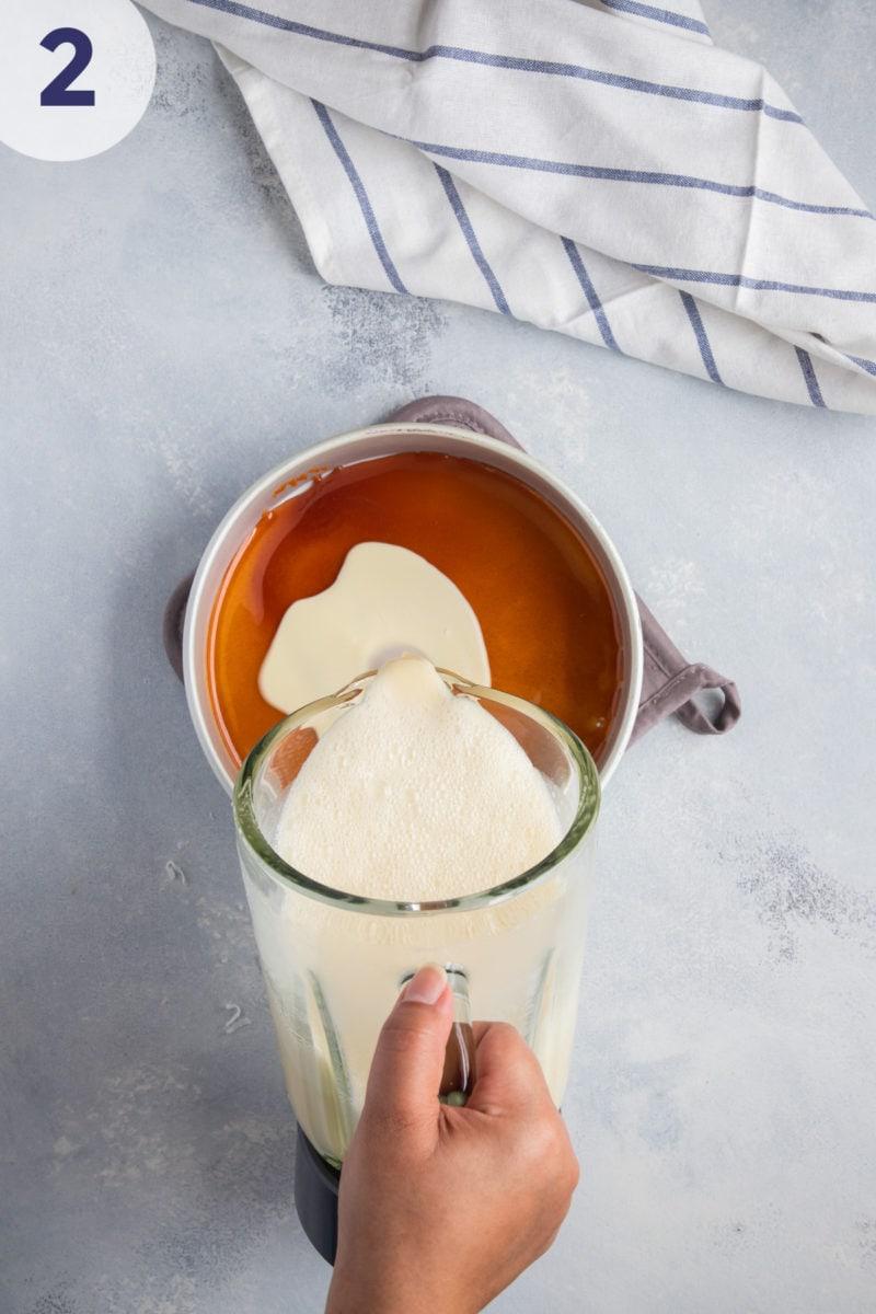 Mezcla de flan siendo vertida en una bandeja para hornear