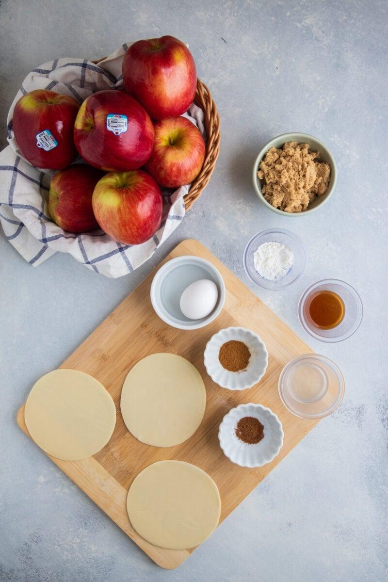 Ingredientes de empanadas de manzana en un mostrador