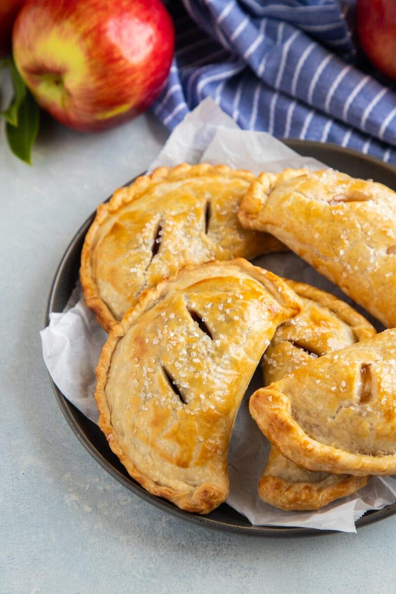 Empanadas de manzana en un plato gris