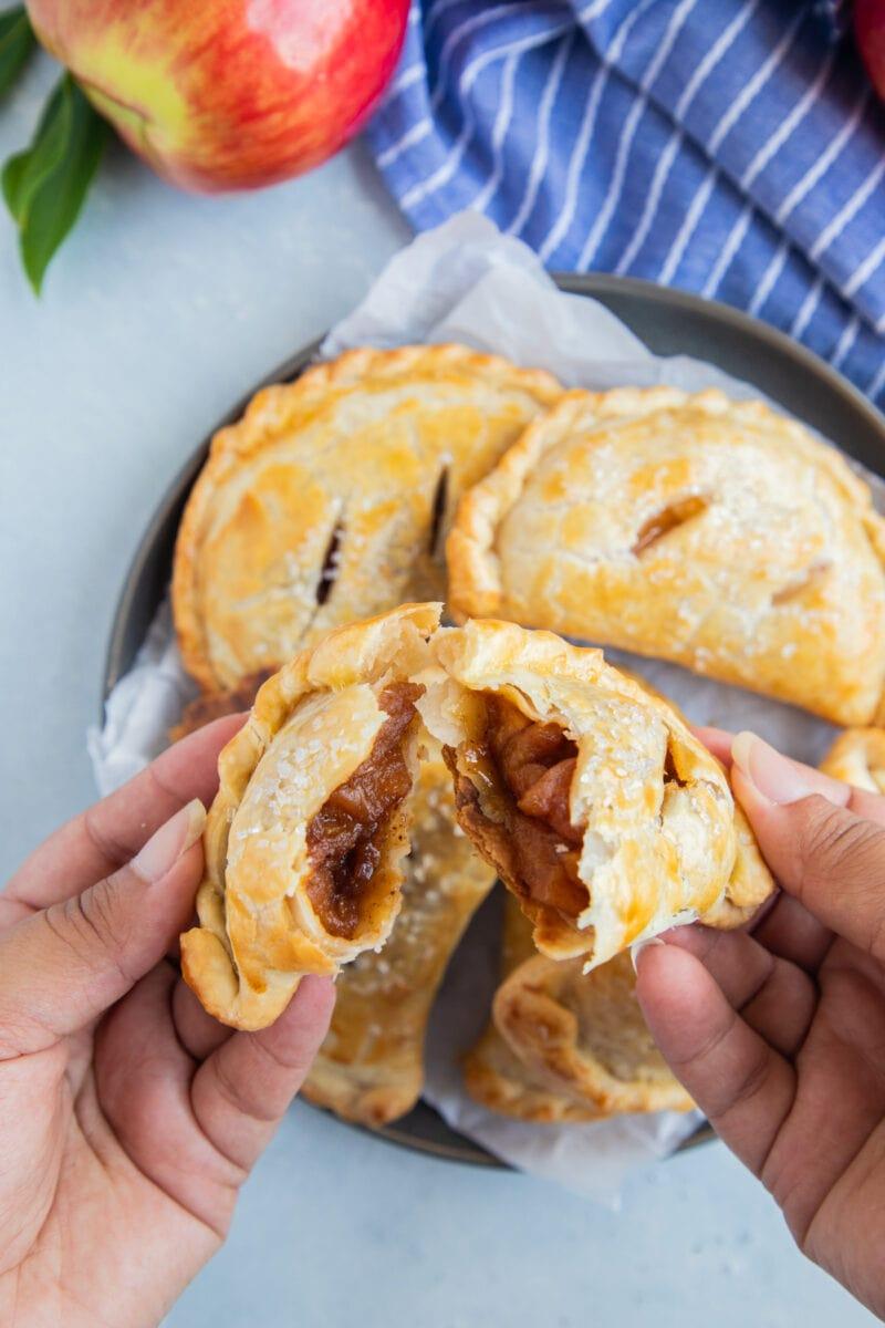 empanada de manzana abierta