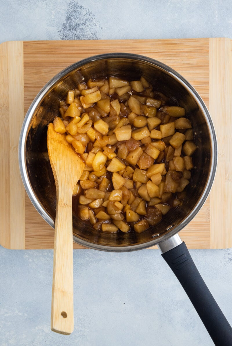 Relleno de manzana en una cacerola