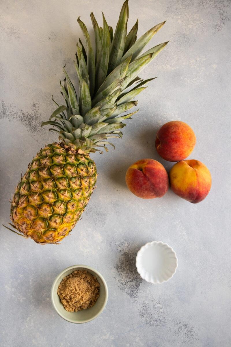 Ingredientes de piña y melocotones a la parrilla