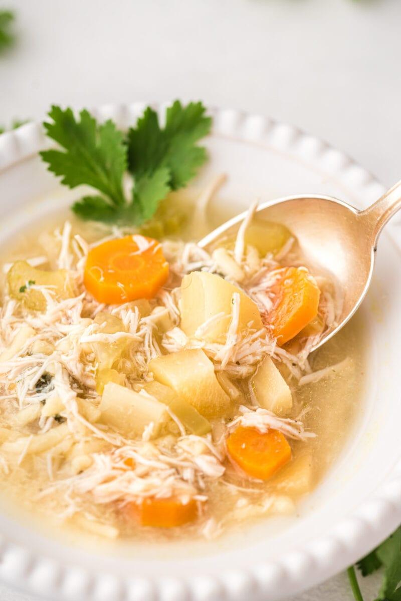 Cerca de la sopa que se come con una cuchara