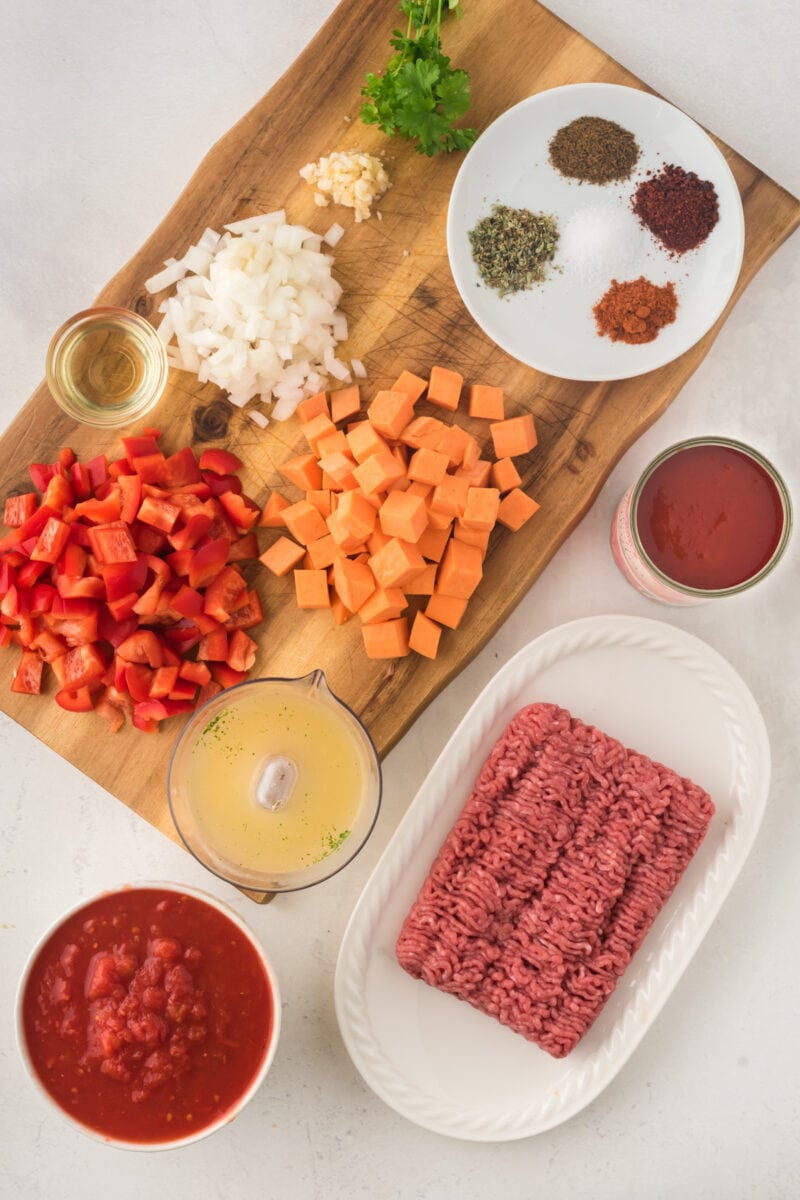 Los ingredientes de la receta en una encimera de cocina.