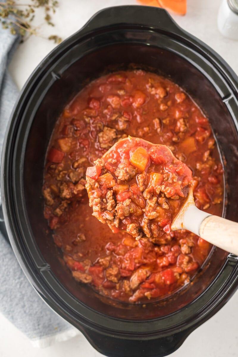 El chili siendo servido de la olla de cocción lenta.