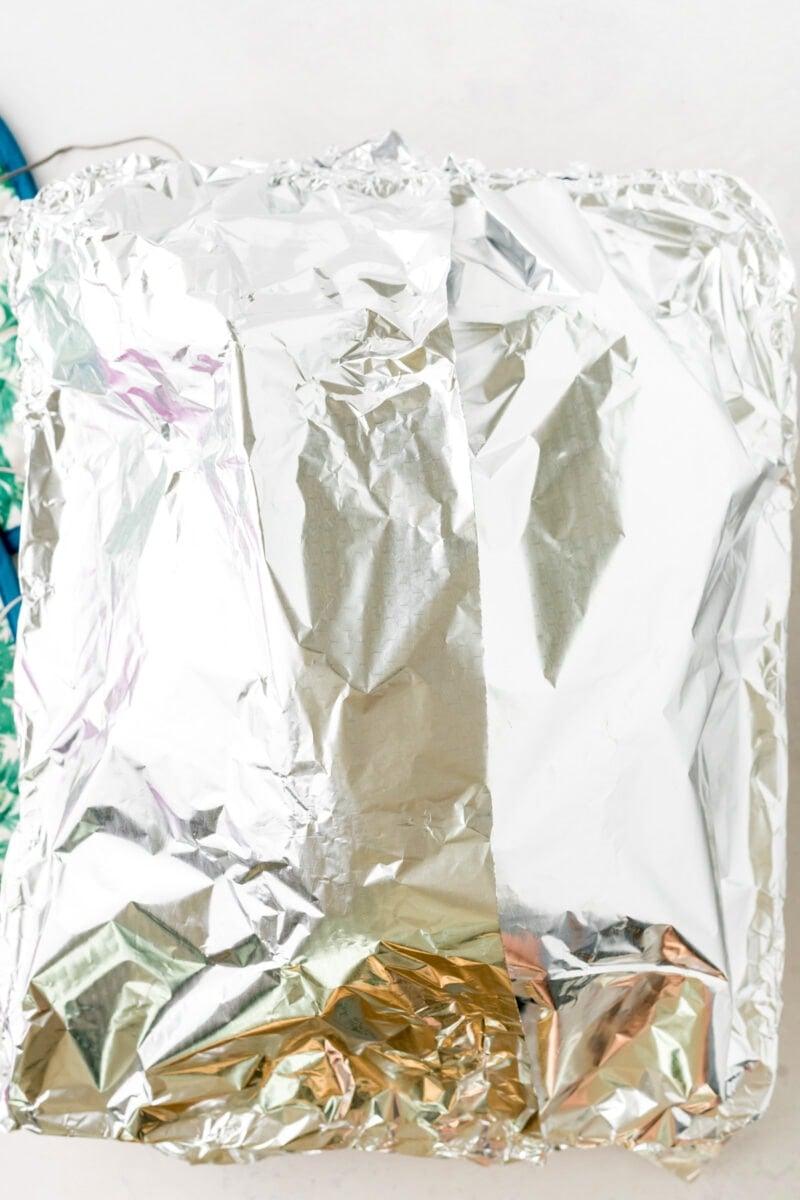 El pavo cubierto con papel de aluminio.