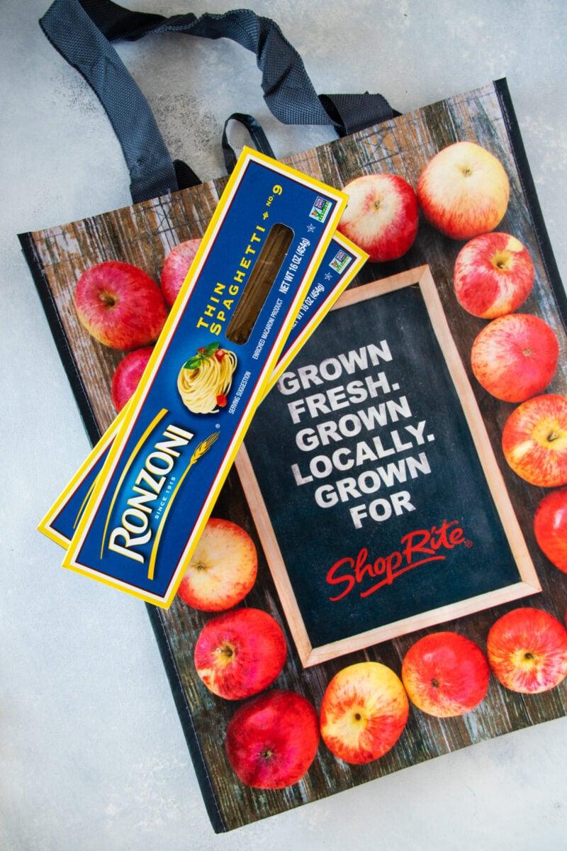 Bolsa de supermercado ShopRite y espaguetis Ronzoni sobre un mostrador