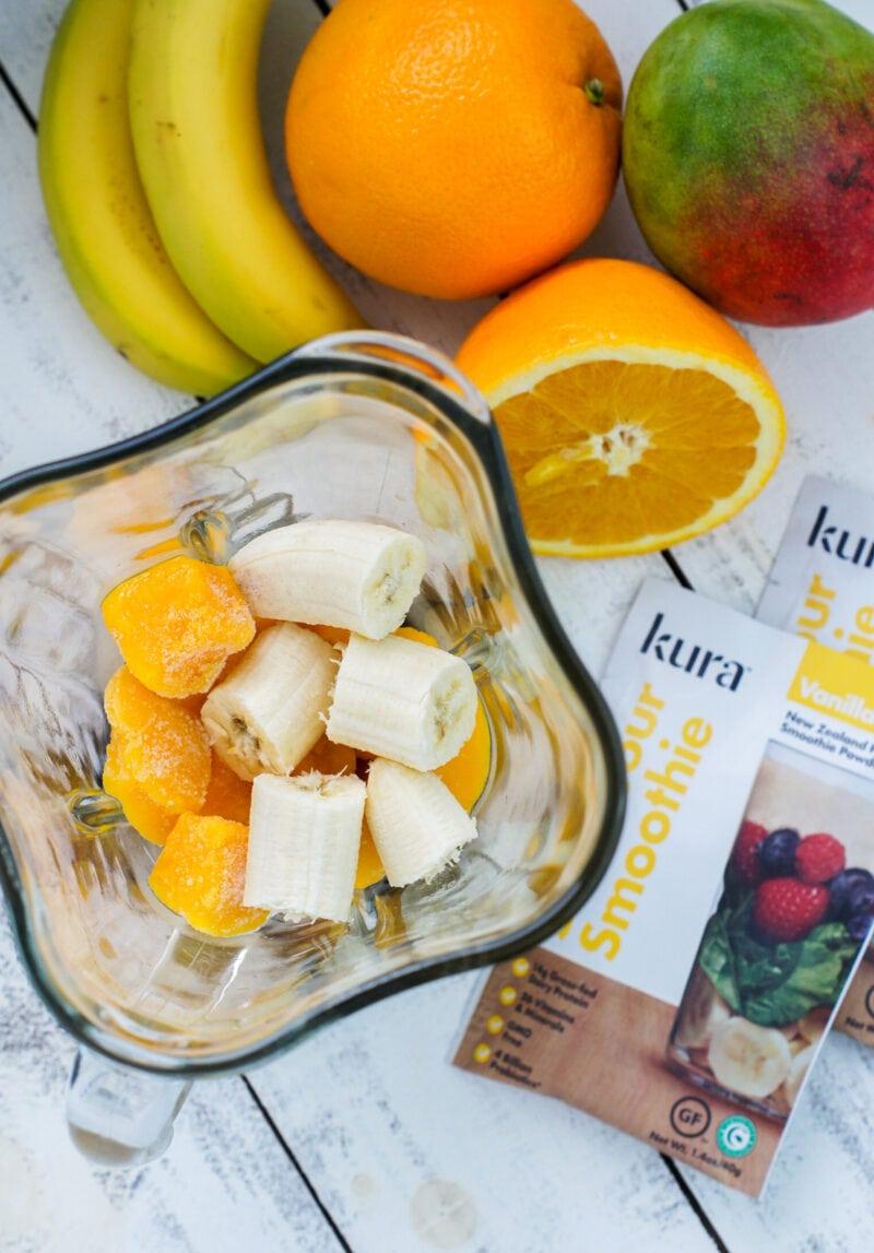Ingredientes para el batido de mango con banana en una licuadora