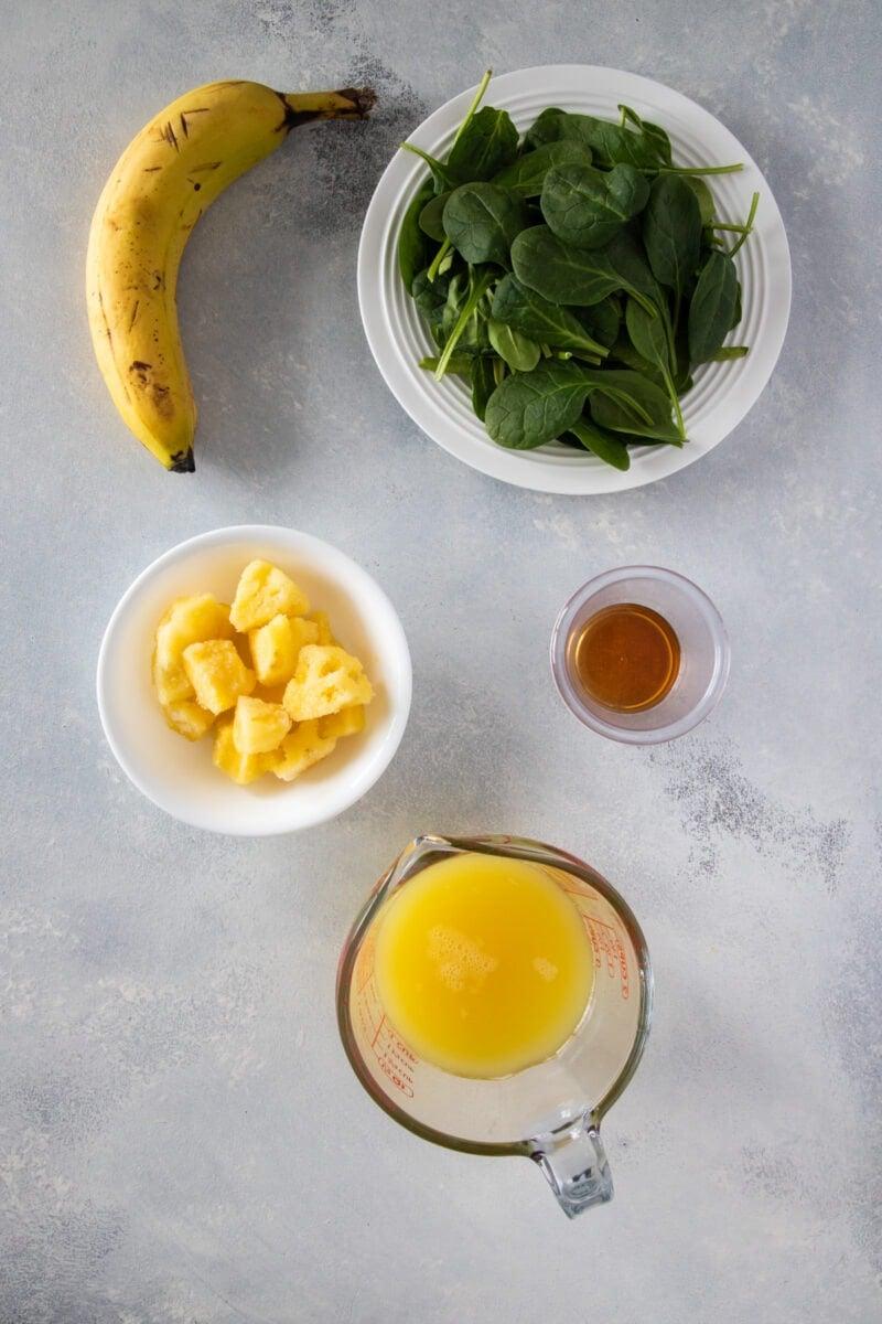 Ingredientes para batidos de piña y espinaca.